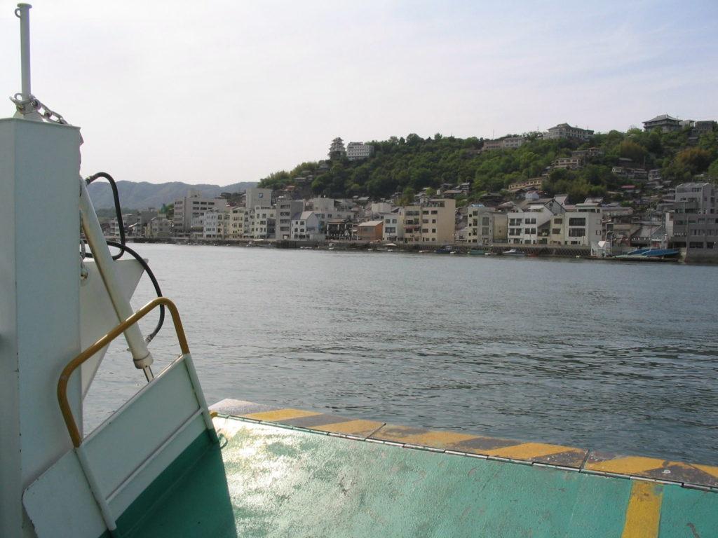 渡船 車ごと乗車し非日常体験で向島へ